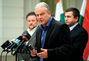 Association of entrepreneurs secretary Ferenc Dávid announcing the minimum wage agreement. State secretary Sándor Czomba (r) in the background. (Photo: MTI)