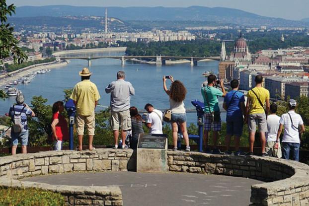 tourists-171604_640
