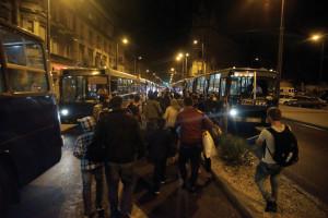 Illegális bevándorlás - A Keleti pályaudvarról több busz i