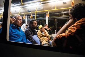 Illegális bevándorlás - Elindult az első busz az osztrák ha