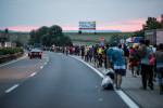 Illegális bevándorlás - Migránsok az M1-es autópályán