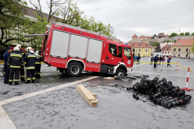 Pavement collapses under fire truck in Eger's main square