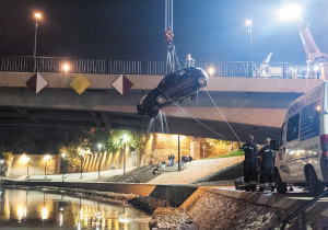 Firemen work for twelve hours to pull car from Rába river in Győr