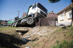 Truck crashes into family home in Páka, driver dies