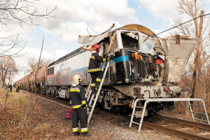 Car and train collide near Nyúl. No serious injuries