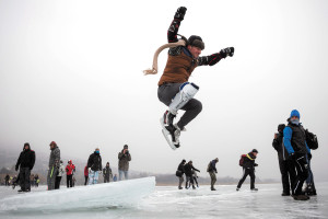 Hundreds cross Lake Balaton on skates
