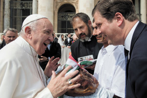 Hungarian pilgrims bring Easter ham for Pope Francis